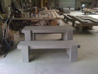 Table et bancs de jardin en pierre bleue reconstitu e for Table exterieur pierre